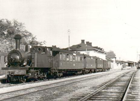 The railway station of Köping in 1951, a mixed train pulled by the steam engine KUJ 11, the former SWB line to the right.